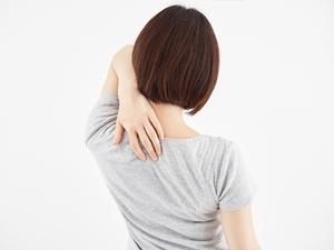 肩関節・肩甲骨を押さえるヒト