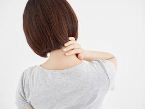 痛みのある肩・首を押さえる女性
