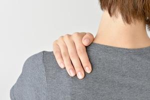 肩・首を押さえる女性