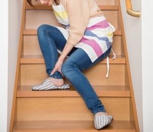 階段で足首を捻った女性