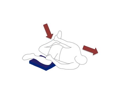 右手で左足・左手で右足を持ちます。手と足はクロスするように対角線上になります。