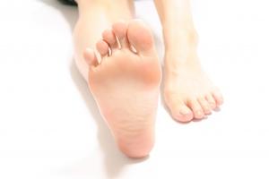 女性の右の足裏の写真