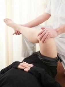 殿部の筋肉のストレッチを受ける女性