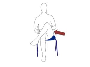 背筋は伸ばして骨盤を立てて座ります。片方の足を組みましょう。
