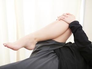 股関節を曲げてストレッチをする女性