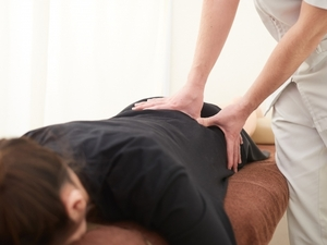腰のマッサージを受ける女性の写真