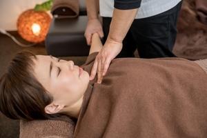 肩関節外転へ動かされる女性