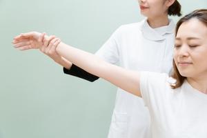 腕を上げられる女性
