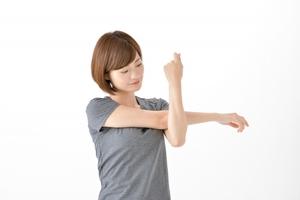 肩後面のストレッチをする女性