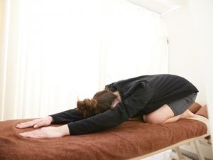 四つ這いで腋窩部分をストレッチする女性