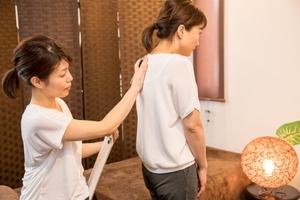 背中の彎曲の評価を受ける女性