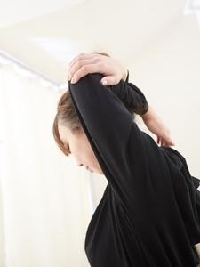 上腕三頭筋のストレッチをする女性