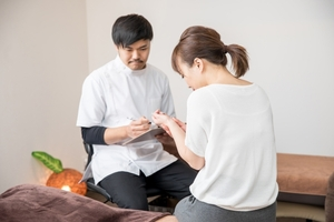 指先の痺れを訴える女性のカウンセリング