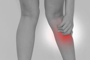 膝裏・ふくらはぎが痛い女性の脚
