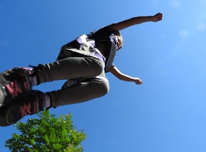 子供のジャンプする写真
