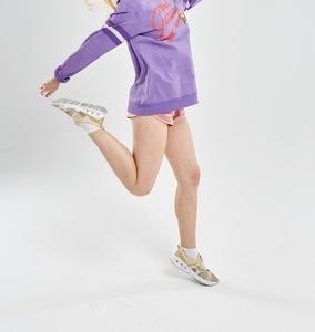 着地をする女性の足