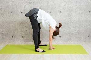 前屈をする女性:床に手がつく