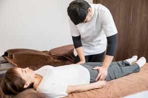 骨盤帯の評価をする男性セラピスト