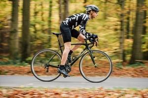 ロードバイクをこぐ男性を横から撮った写真