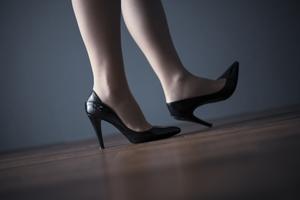 ヒールを履く女性の写真