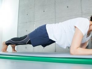 プランクでコアトレーニングする女性