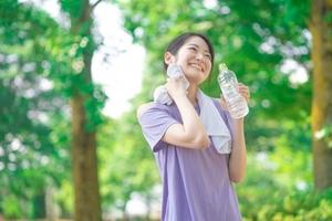 公園で汗をぬぐう女性