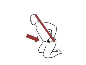 お尻を後ろに引いて背骨はまっすぐを保ちます