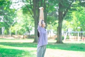 公園で深呼吸をする女性