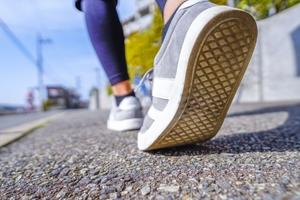 歩く女性の足裏